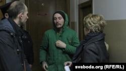 Руслан Халікаў (у цэнтры) атрымаў 5 сутак арышту