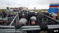 Словенские полицейские у границы с Хорватией у города Трновец, 19 октября 2015 года.