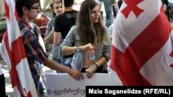 """Сегодня активисты студенческого объединения """"Антиподы"""" провели акцию протеста перед Минобразования с требованием восстановить программу трудоустройства Summer Job"""