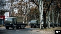 Колона військових вантажівок рухається вулицями Донецька, 2 листопада 2014 року