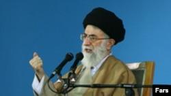 رهبر جمهوری اسلامی خواستار ایستادگی مردم ایران در برابر آمریکا شده است. ( عکس : فارس)
