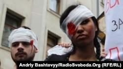 Правозахисники в Міжнародний день у підтримку жертв катувань провели акцію-виставу від стінами Адміністрації Президента, Київ, 26 червня 2012 року