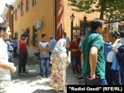 Паспорт мекемесіне кезекте тұрған адамдар. Душанбе, 23 тамыз 2014 жыл.