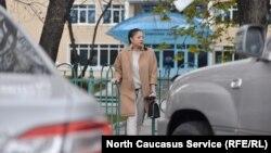 Девушка тщательно подбирает наряды для походов в суд