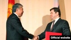 Кыргыз премьери Данияр Үсөнов менен Орусиянын энергетика министри Сергей Шматко өкмөттөр аралык комиссия жыйынынан кийин. Москва, 27-февраль, 2010-жыл.