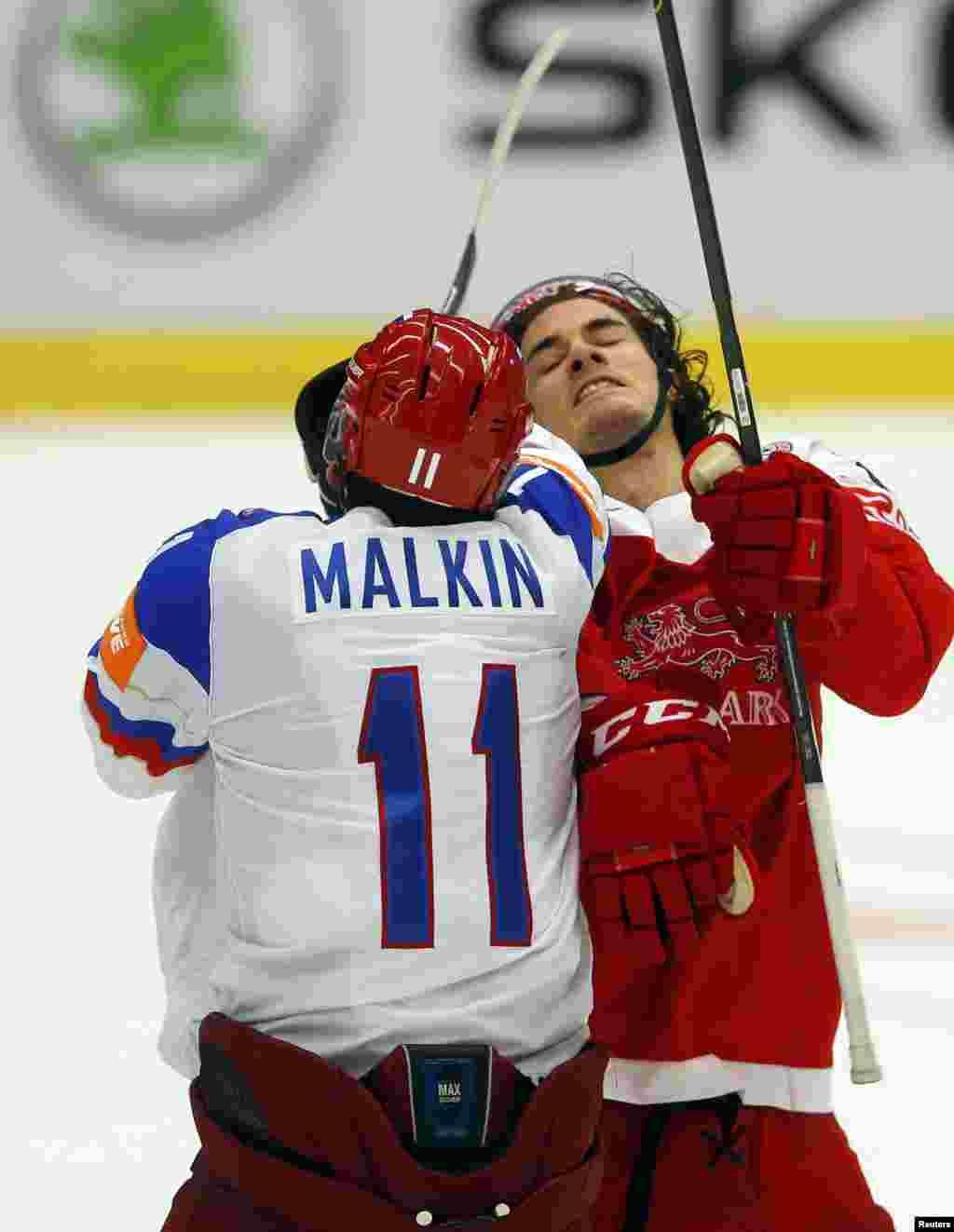 Ресей хоккейшісі Евгений Малкин мен даниялық Оливер Лауридсен арасындағы қақтығыс. Острава қаласы, 6 мамыр 2015 жыл.