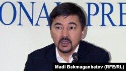 Марғұлан Сейсембаев баспасөз мәслихатын беріп отыр. Алматы, 11 қараша 2010 жыл.