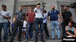 Часть митингующих, собравшихся на площади Свободы 6 июля