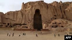Афганские мальчики играют в футбол рядом со скалами, где стояли статуи Будды. Провинция Бамиан, февраль 2014 года.
