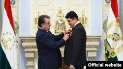 Тажикстандын президенти Эмомали Рахмон жана Олимпиада чемпиону Дилшод Назаров.