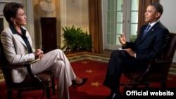 АҚШ Президенти Барак Обама ABC канали мухбири Робин Робертс билан суҳбатлашмоқда.