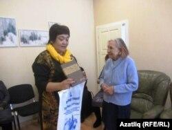 Сания апа Аненковага истәлекле бүләк бирелә