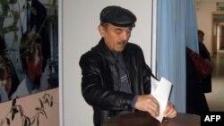 Чоловік голосує на виборах у столиці Узбекистану Ташкенті, 21 грудня 2014 року