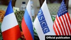 ԵԱՀԿ-ի և Մինսկի խմբի համանախագահ երկրների դրոշները