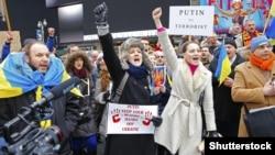 Протест проти агресії Росії щодо України. Учасники походу до російського консульства в Нью-Йорку співають гімн України, 2 березня 2014 року