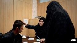 Женщина-врач принимает пациента в медицинской клинике в Тегеране.