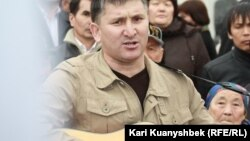 Бард Жанат Есентаев поёт на акции протеста. Алматы, 16 марта 2013 года.