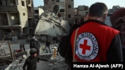 Сотрудники Красного Креста оказывают помощь пострадавшим в Гуте, 5 марта 2018