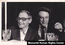 Dizidenții Alexander Ginzburg (stânga) și Vladimir Bukovski (dreapta) în SUA, mai 1979