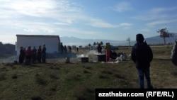 Традиционный массовый обряд жертвоприношения садакка в память о погибших защитниках Гокдепинской крепости, Туркменистан .