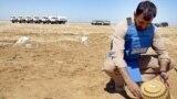 """2010-njy ýylda Herat welaýatynyň Kohsan etrabyda """"Halo Trust"""" toparynyň agzasy sowetlere garşy uruş döwründe mujahedinler tarapyndan ýerleşdirilendigi aýdylýan minanyň üstüni açýar."""
