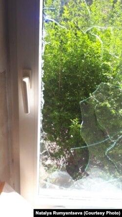 Разбитое силовиками окно Людмилы