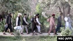 На распространенном Советом национальной безопасности Афганистана (СНБ) фото – группа талибов во время их освобождения из тюрьмы вблизи Кабула. 13 августа 2020 года.