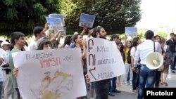 Ուսանողները բողոքում են ուսման վարձերի բարձրացման դեմ, 12-ը օգոստոսի, 2013