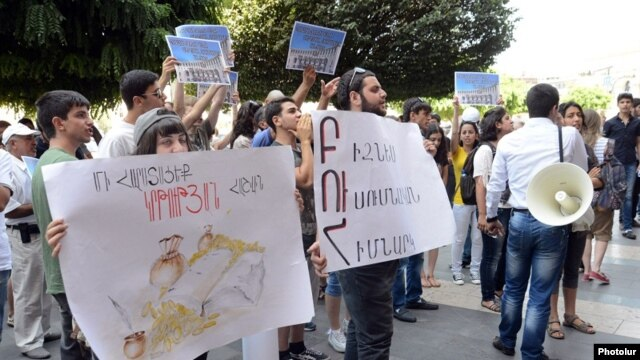 Armenia - University students protest against an increase in tuition fees, Yerevan, 12Aug2013.