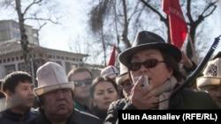 Роза Отунбаева оппозицияның митингісіне қатысып тұр. Бішкек, 26 ақпан 2017 жыл