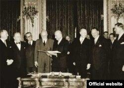 18 aprilie 1951 - Semnarea Tratatului de la Paris, care a creat Comunitatea Europeană a Cărbunelui și Oțelului. Robert Schuman este cel care ține Tratatul.