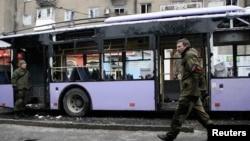 Бойовики угруповання «ДНР» біля обстріляного тролейбусу. Донецьк, 22 січня 2015 року