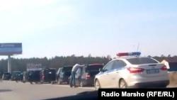 Орусия -- Сургут шаарынын четиндеги жолдогу унаалар., 5-май, 2013.