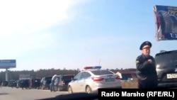 Оьрсийчоь -- Новкъахула ковранахь боьлхучу кавказхойн машенаш а совцийна, царна йиттина полицино, Сургут, 05May2013