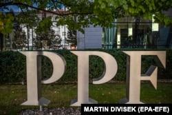 Лого PPF Group у офиса компании в Праге. Октябрь 2020 года.