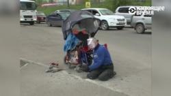 Инвалид-колясочник в России разломал молотком бордюр, чтобы проехать к больнице (видео)