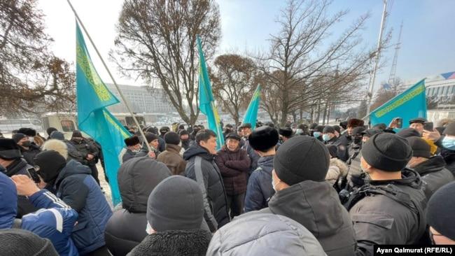 Полиция белсенділерді қоршап тұр. Алматы, 16 желтоқсан 2020 жыл.