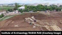 Lucrări de excavare la movila de lângă spitalul din Kerch, în octombrie 2018. Situl ar fi fost construit cel târziu în secolul al IV-lea î.Hr.