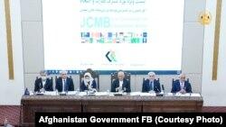 اشرف غنی رئیس جمهوری افغانستان ( از طرف راست شخص سوم) حین صحبت در نشست ویژۀ بورد مشترک نظارت و انسجام در کابل. ۶ اسد ۱۴۰۰