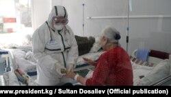 Осмотр пациентов в Республиканской инфекционной больнице. Бишкек.