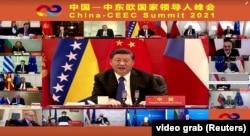 Президент Китая Си Цзиньпин (в центре) выступает на виртуальном саммите Китая и стран Центральной и Восточной Европы в Пекине, 9 февраля 2021 года