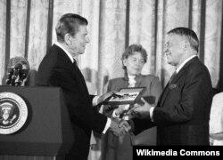 Рональд Рейган вручает Фрэнку Синатре Президентскую медаль свободы. 1985