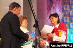 Марина Зелицкаяга район җитәкчелеге исеменнән рәхмәт хаты тапшырыла