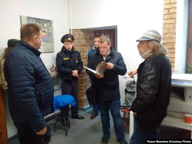 Галерея Льдина, 2017 год. В центре Владимир Козловский, справа владелец галереи Юрий Масько