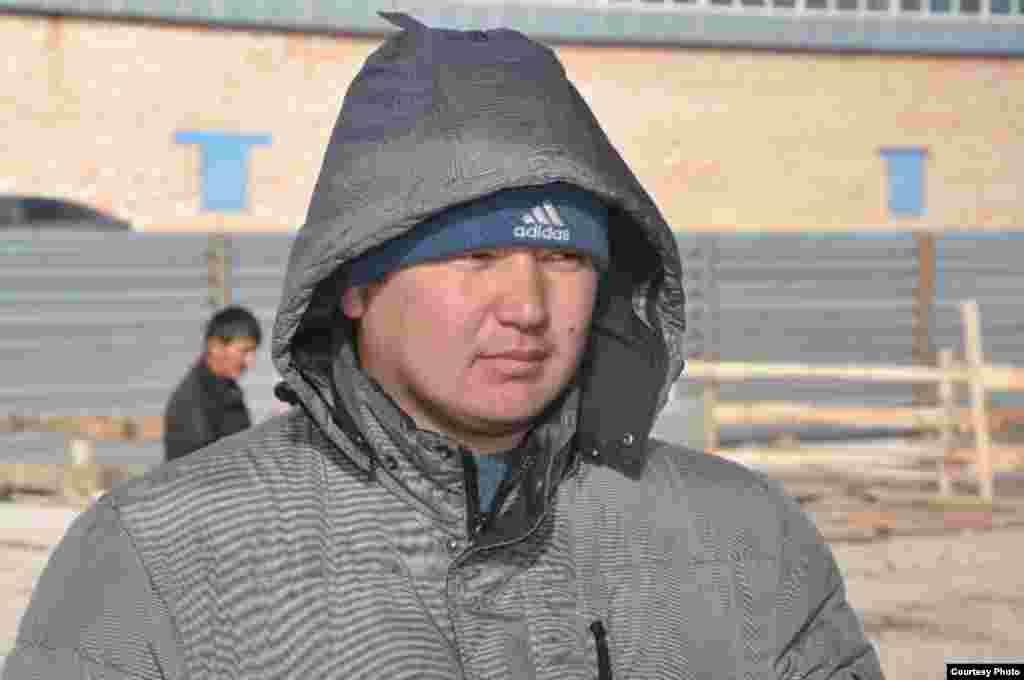 Продавец на скотном рынке Азамат Садыков говорит, что в три дня Курбан-Айта в Астану на продажу привозят 5-6 тысяч овец из соседних Карагандинской, Павлодарской областей и Семейского региона.