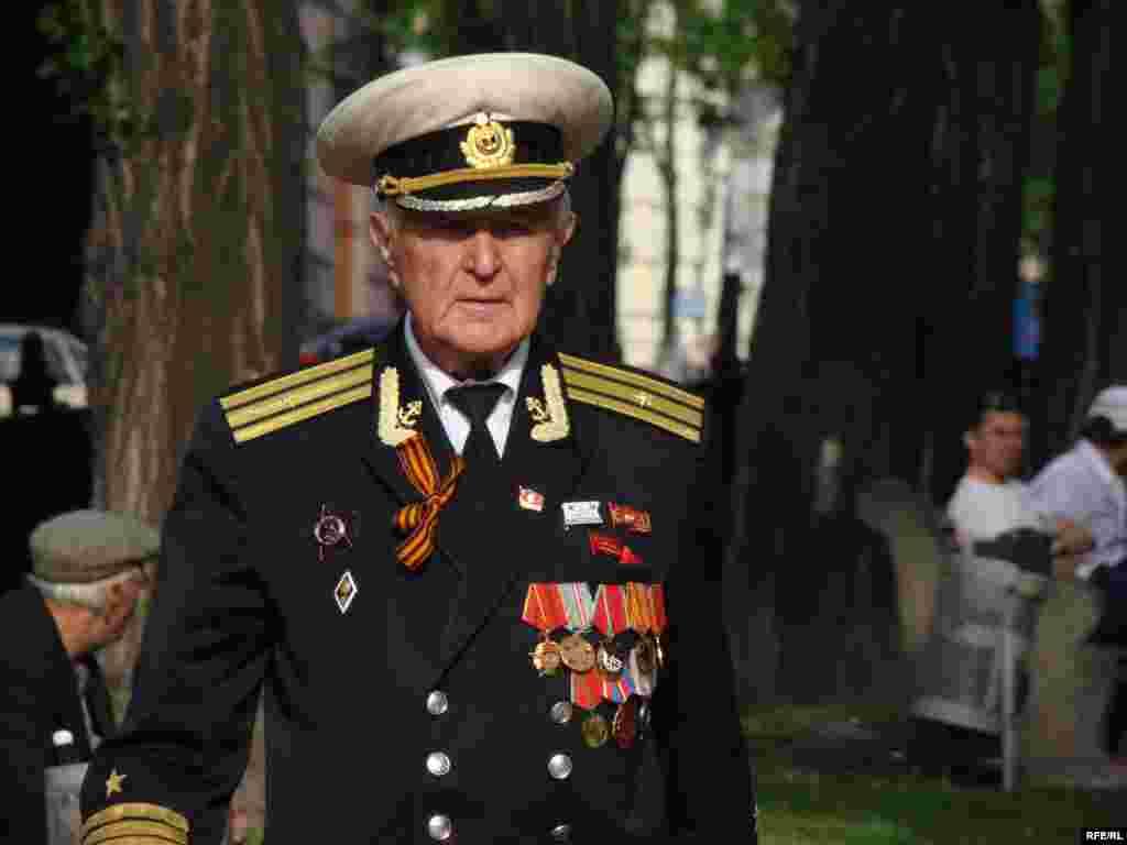 Рівно о 10:00 у Києві розпочався військовий парад до 65-річчя Перемоги.