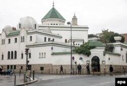 Главная мечеть Парижа под охраной полиции. Январь 2015 года
