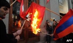 Yerevanda Türkiyə bayrağını yandırırlar – 23 aprel 2013