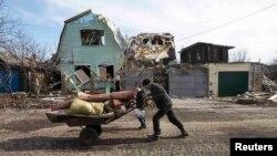 Чоловік біля зруйнованого будинку на Донбасі, ілюстративне фото