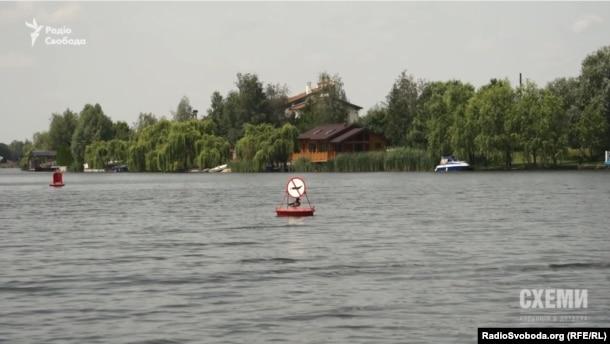 Хто ж встановив буйки на річці біля орендованої Петром Порошенком землі?